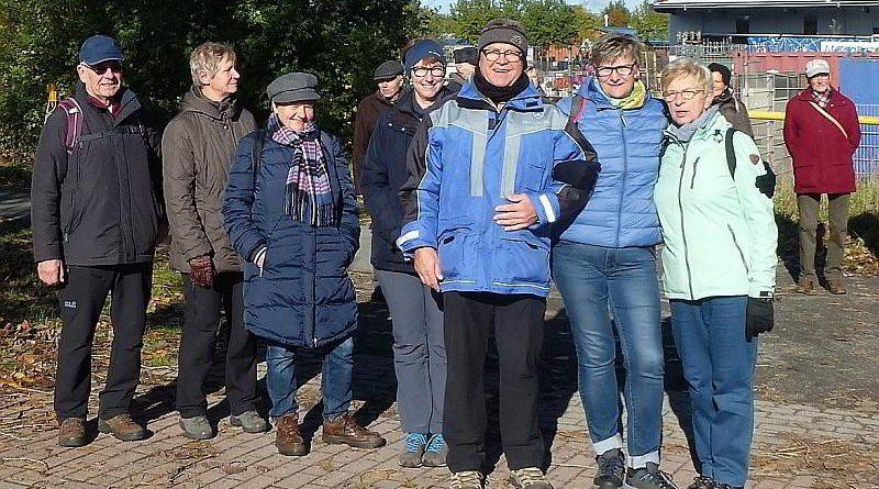 7 Wanderfreunde am Scheidepunkt der15km/9km Strecke
